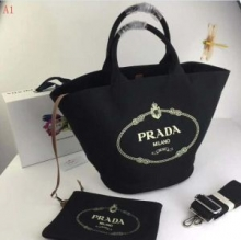 2018年最旬トレンド PRADA プラダ  4色可選  トートバッグ 個性的な素材感も魅力