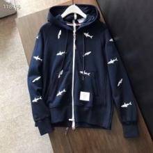 大人の着こなし トムブラウン パーカー コーデ 秋冬定番スウェットシャツ THOM BROWNE 柔らかい程度感 ジップアップ